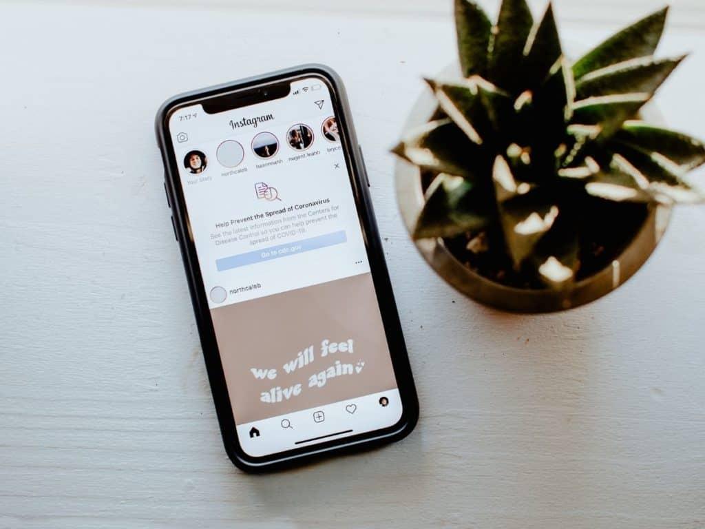Téléphone connecté à Instagram